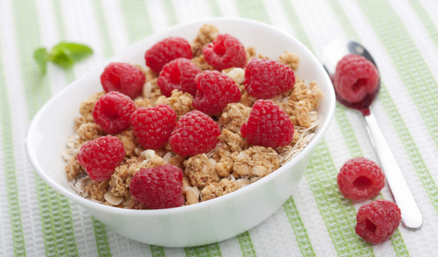 pote de cereal com framboesas - Foto Getty Images