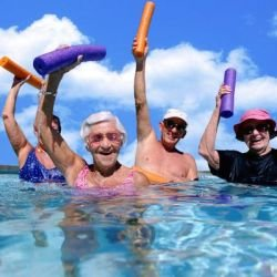 Idosos na piscina - Foto Getty Images