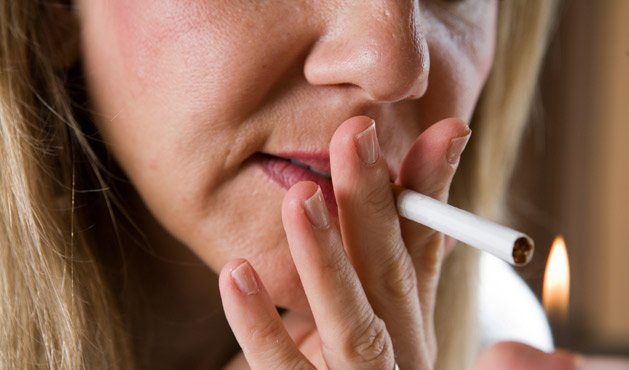 Mulher fumando - Foto Getty Images