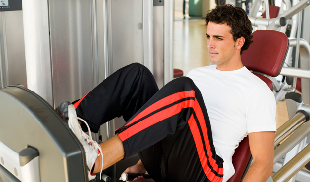 homem usando o leg press - Foto Getty Images