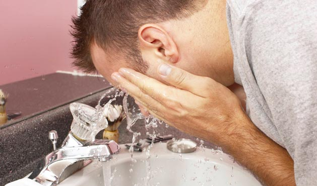 Man washing his face - Photo: Getty Images