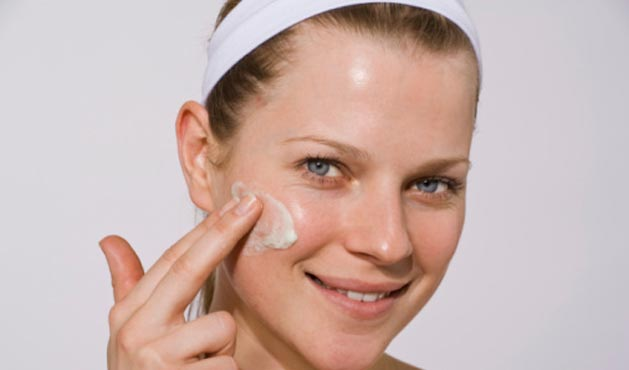 Woman passing product to the face - Photo: Getty Images