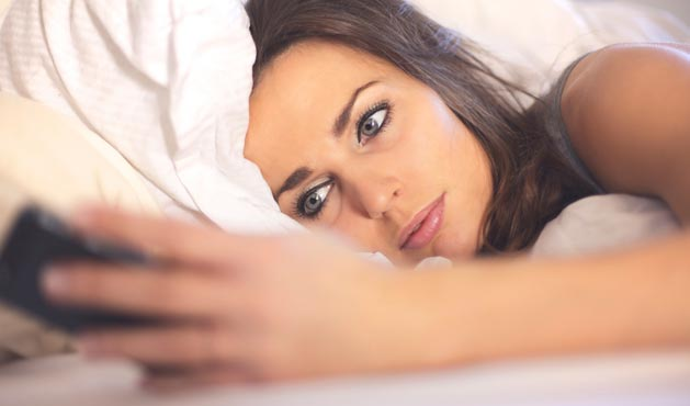 Conferindo o celular ao despertar - Foto: Getty Images