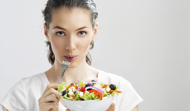Woman eating salad - Photo Getty Images