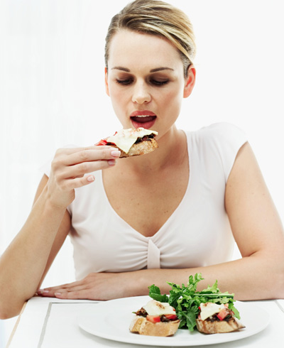 mulher comendo - Foto Getty Images